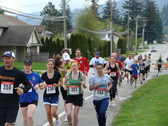 Runners make their start at the Envision Run For Mom
