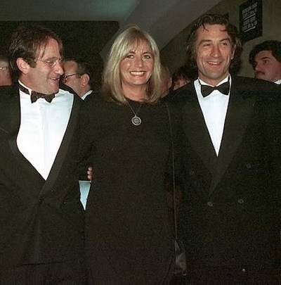 """FILE - In this Dec. 17, 1990 file photo, director Penny Marshall poses with co-stars of """"Awakenings"""" Robin Williams, left, and Robert De Niro at the premiere of the film in New York. (AP Photo/Chrystyna Czajkowsky, File)"""