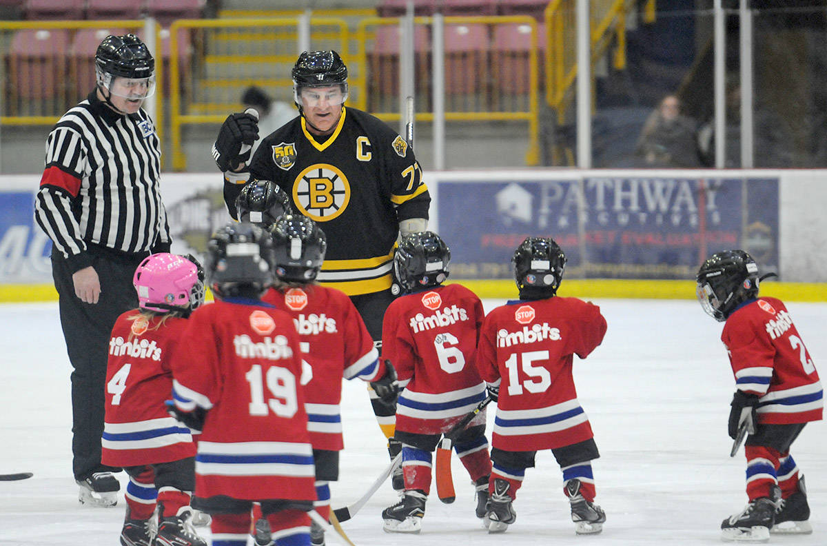 Ray Bourque S Boston Bruins Alumni Face Off Against Chilly Wackers